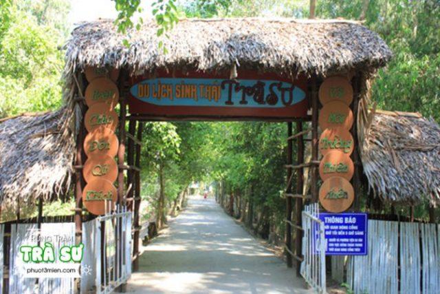 Cổng chào khu du lịch sinh thái trà sư