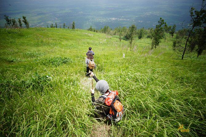 cả nhóm nối đuối nhau trên đường xuống núi