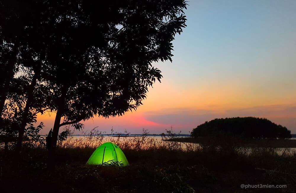 cắm trại bên hồ