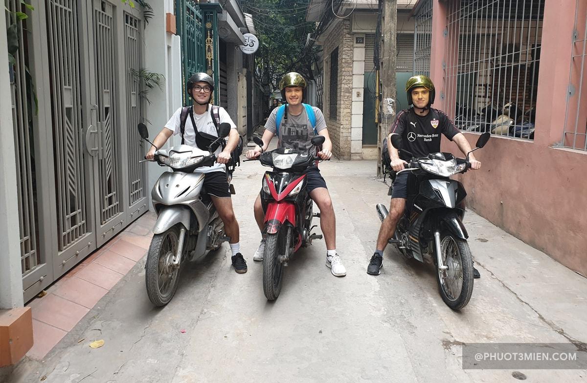 các bạn trẻ hào hứng trải nghiệm xe máy