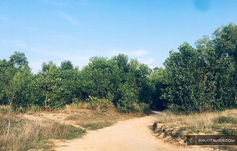 Đường vào bãi Khem vẫn còn là đường đất