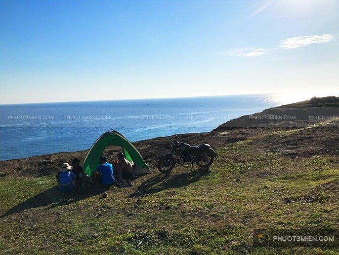 cắm trại ngủ lều trên đỉnh thới lới