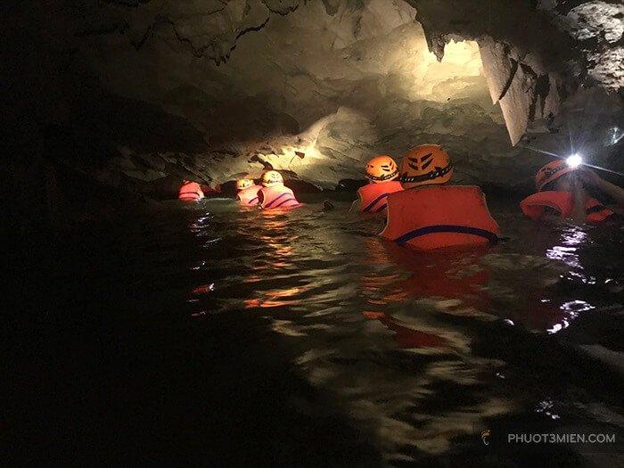 tắm suối ở hang giếng voọc