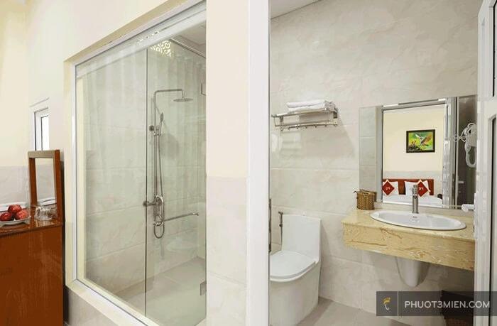 phòng tắm khách sạn phú quỳnh phan rang