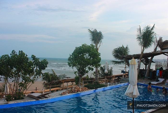 hồ bơi tại Stop And Go Làng Chài resort ở phan thiết