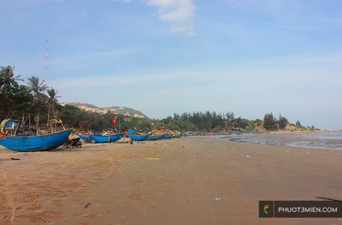 bãi biển trước Stop And Go Làng Chài resort ở phan thiết