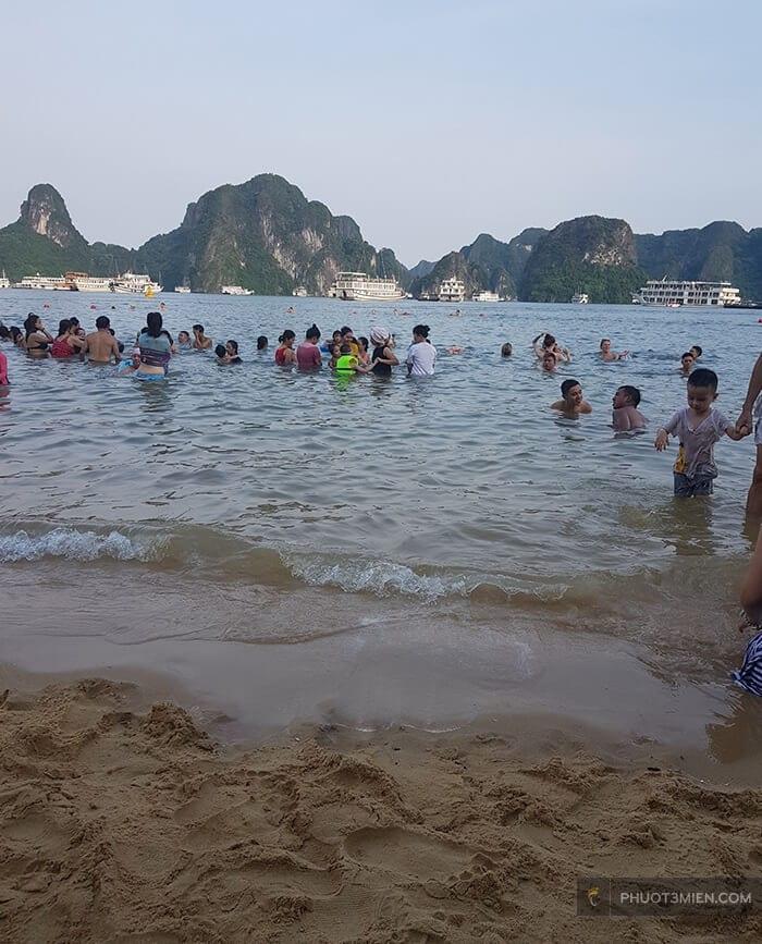 tắm biển trên đảo ti tốp