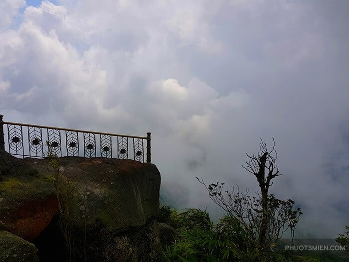 Phía sau chùa đồng