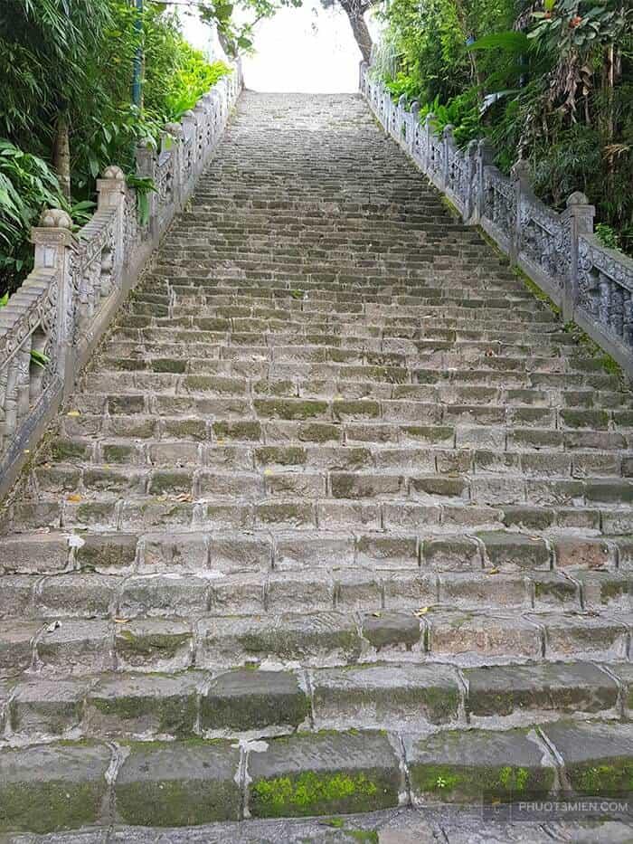 những bậc thang đá cổ kính