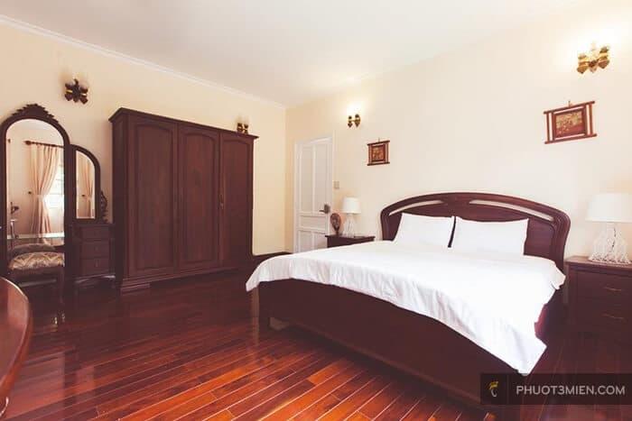Nội thất bằng gỗ thiết kế đơn giản, mộc mạc.
