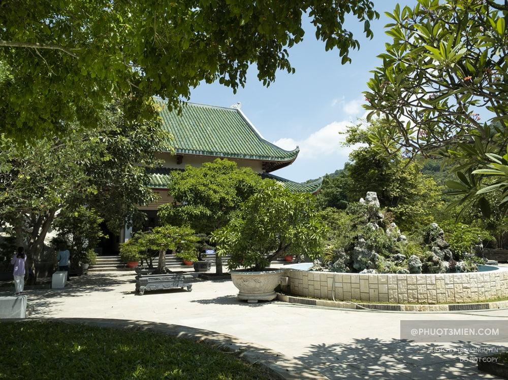 khuôn viên chùa linh ứng