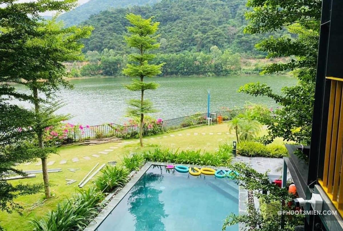 hồ bơi trước villa