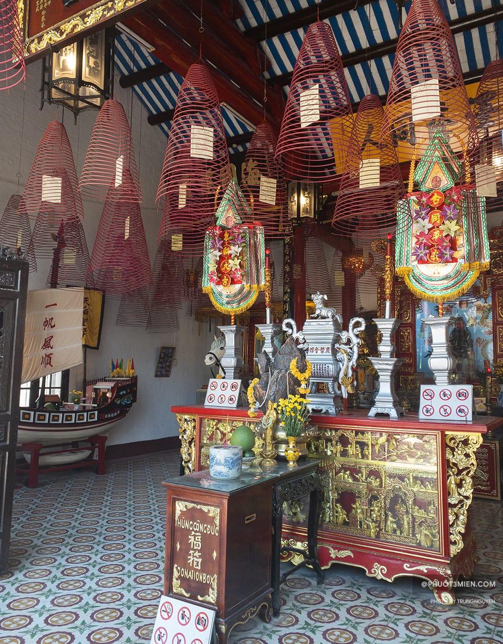 bên trong chánh điện hội quán Quảng Đông