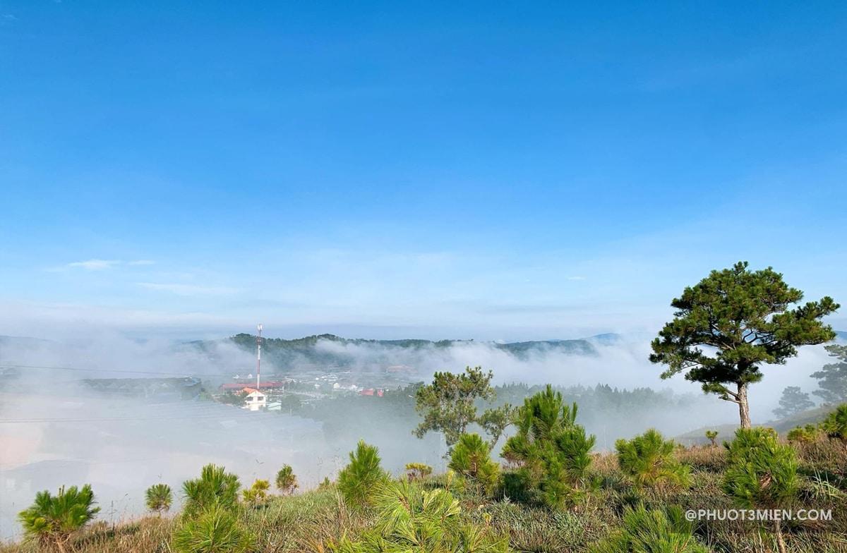 mây giăng trên đồi