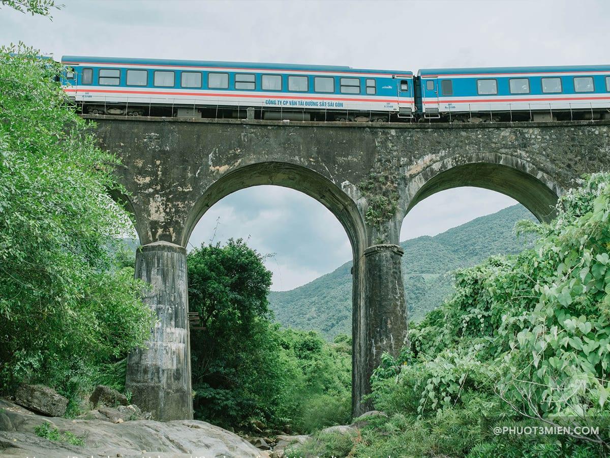 Xe lửa chạy qua cầu vòm