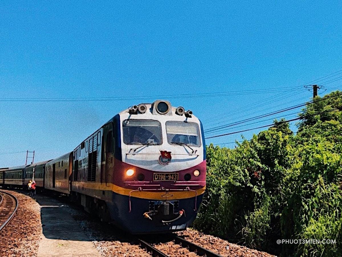 Xe lửa qua huế