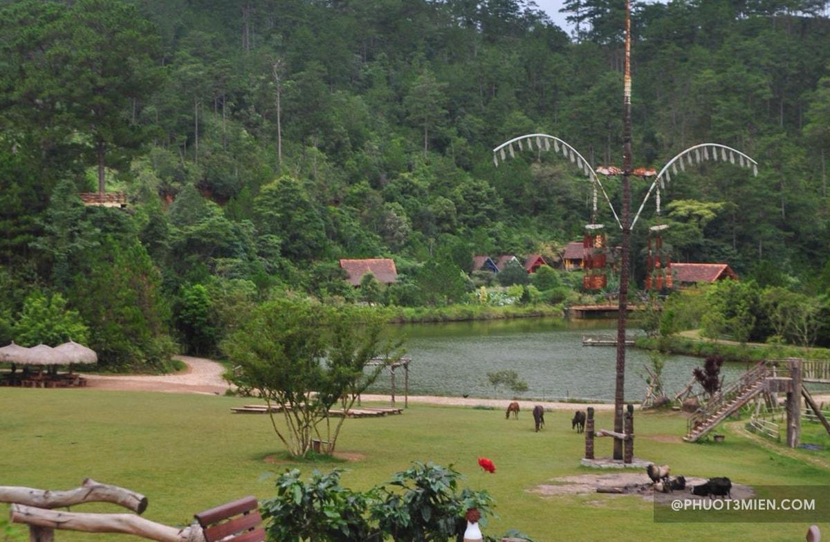 con hồ giữa làng
