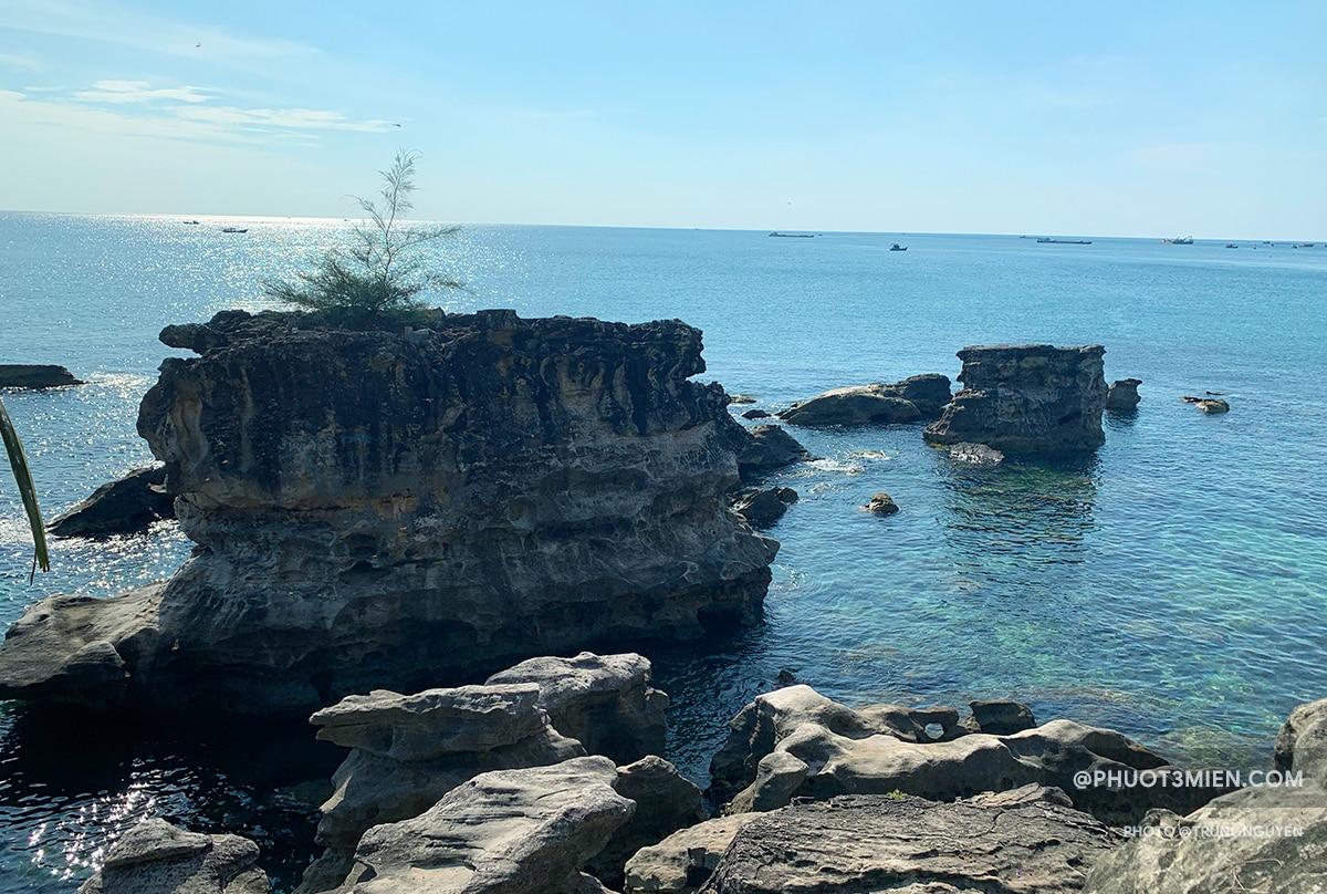 view đẹp với những tảng đá nhô lên