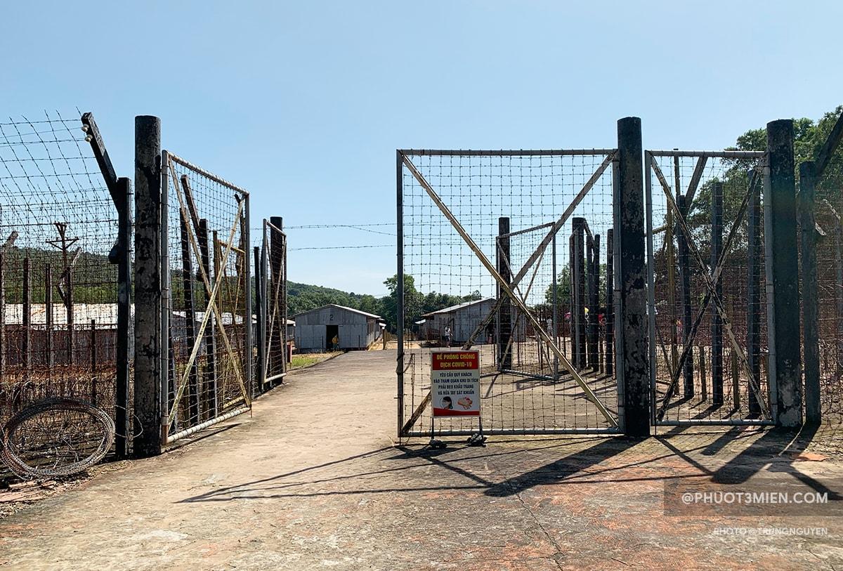 cổng vào trại giam cây dừa