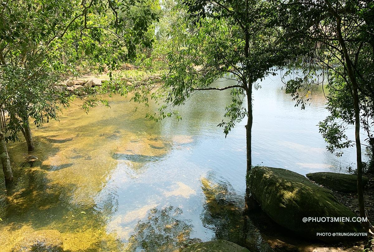 Dòng thác nhỏ đổ vào hồ trong veo