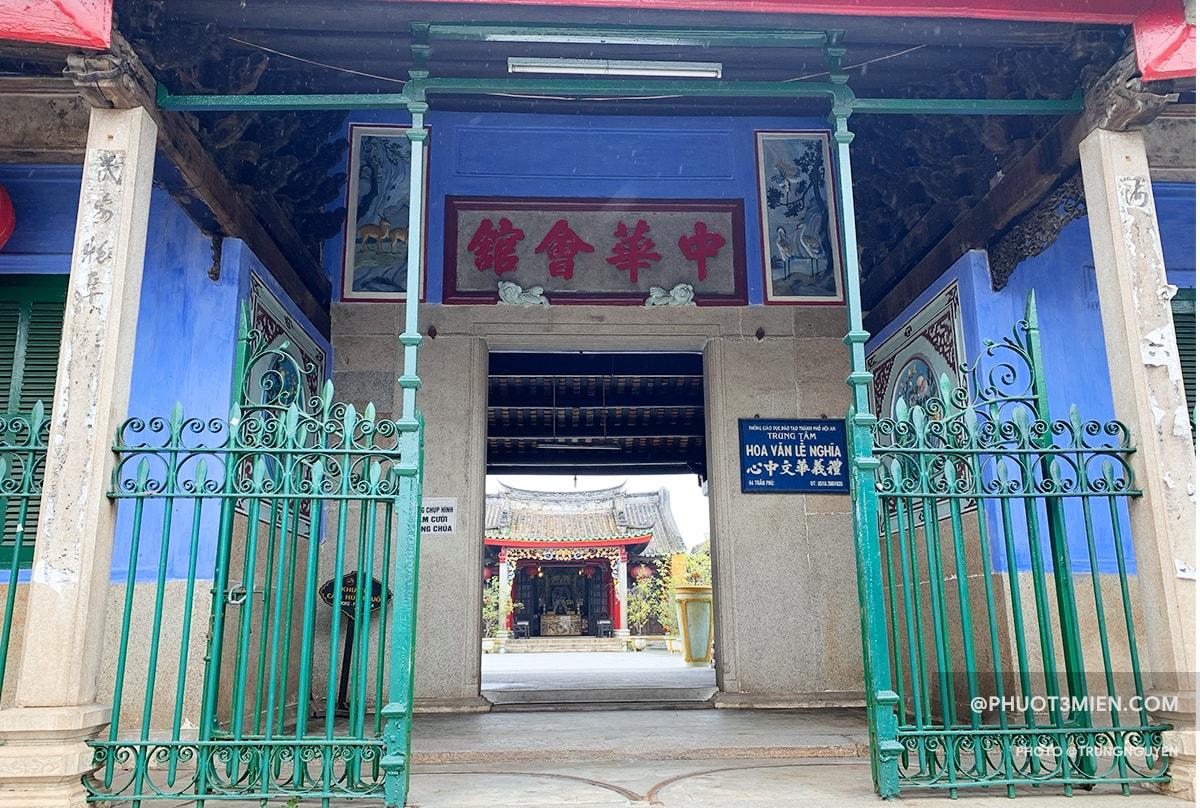cổng chính của hội quán