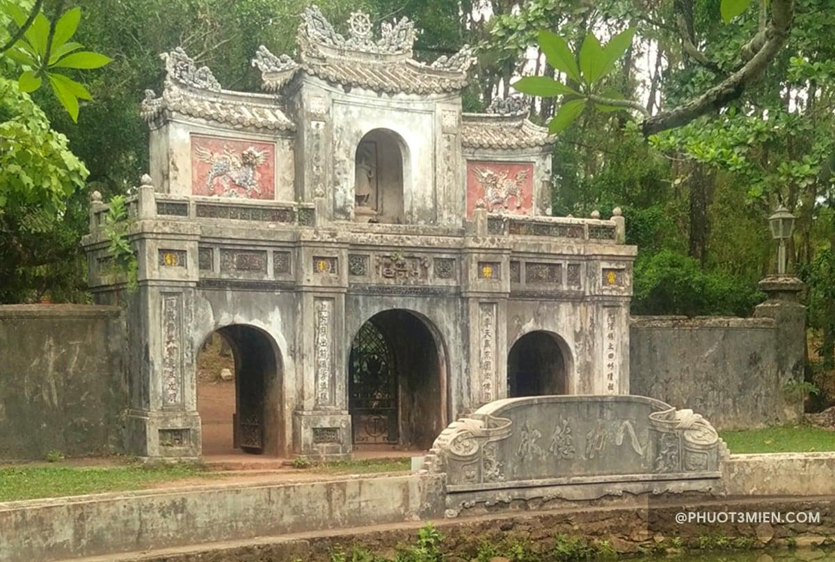 Cổng tam quan chùa từ hiếu