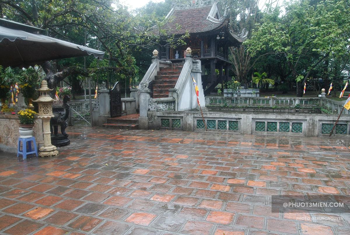 Trước sân chùa một Cột