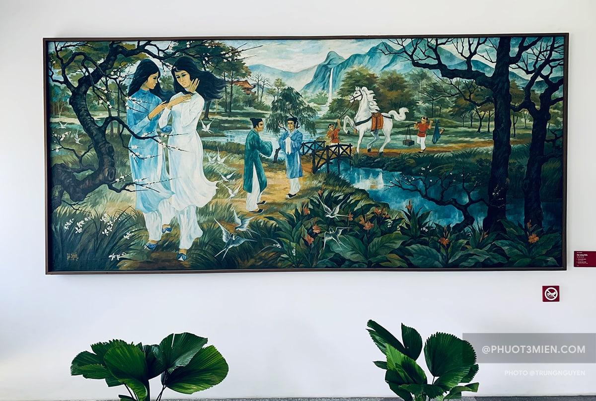 Tranh miêu tả cảnh chị em Thúy Kiều gặp Kim Trọng trong ngày Tết Thanh minh của họa sĩ Lê Chánh, treo ở lầu 3