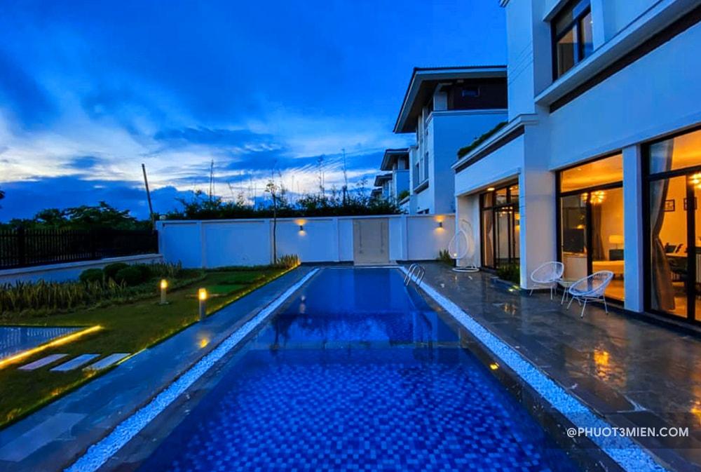 hồ bơi ngay tại villa