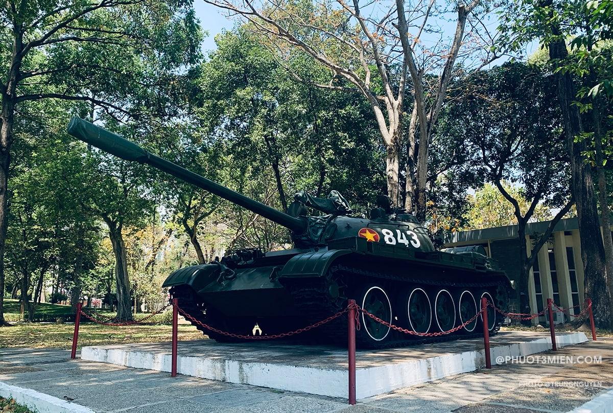 Xe tăng được trưng bày trước Dinh
