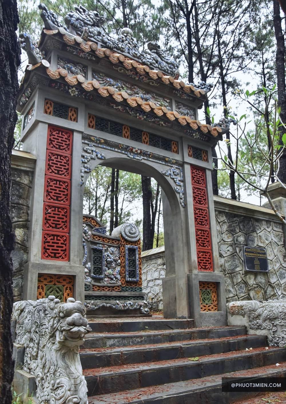 cổng vào khu mộ