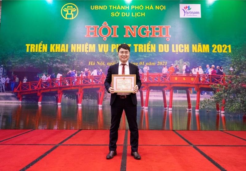 Ông Dương Văn Tiến thay mặt Tico Travel vinh dự nhận giấy khen của Sở Du lịch Hà Nội