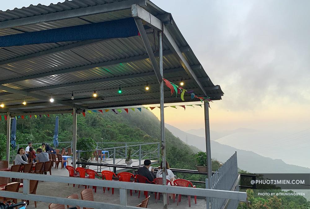 Quán Cafe trên Hải Vân Quan