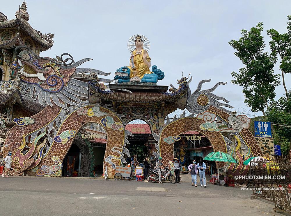 Đắp rồng ngay cổng chùa